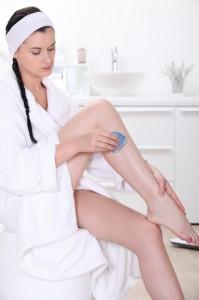 Frau mit Epiliergerät aus dem Test